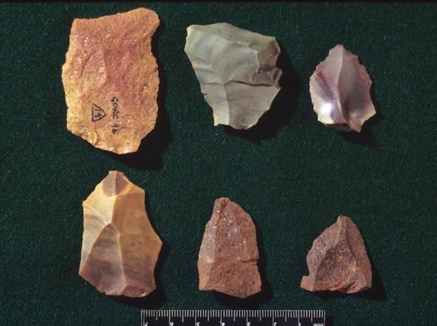 Mousterian türü taş aletlere örnek.